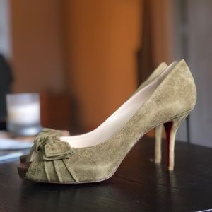 ⚡️send an offer⚡️louboutin olive bow pumps